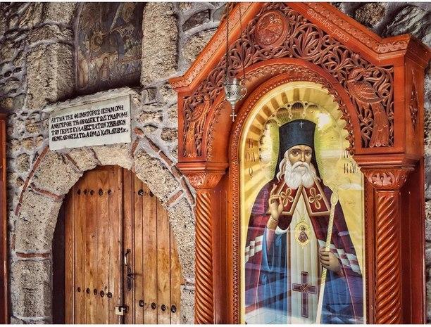 Μυρόβλησε το Ιερό Λείψανο του Αγίου Λουκά του Ιατρού στην Ιερά ...