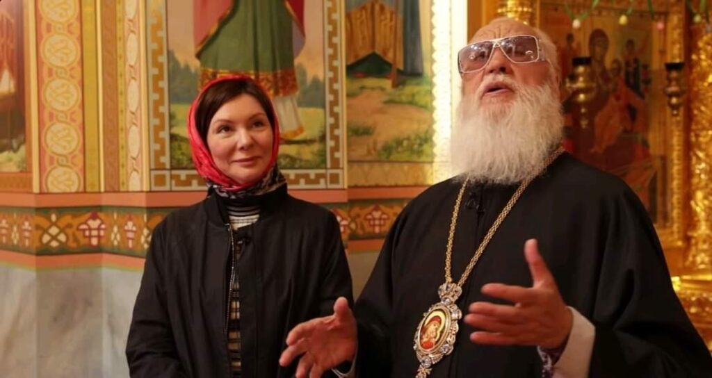 Ο προκλητικός πράκτορας του Κρεμλίνου στην Οδησσό κ. Αγαθάγγελος, με τα γυαλιά που αξίζουν όσο πέντε Μηνιαίες Συντάξεις των ενοριτών του...